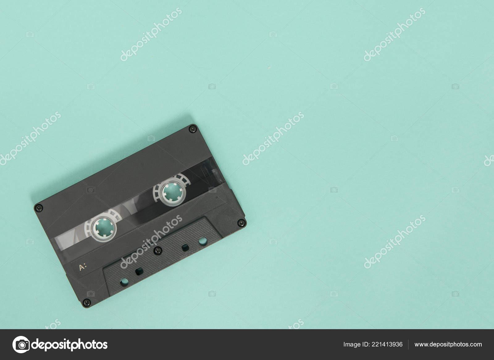 Nastro Cassetta Vuota Nera Sfondo Blu Turchese Foto Stock