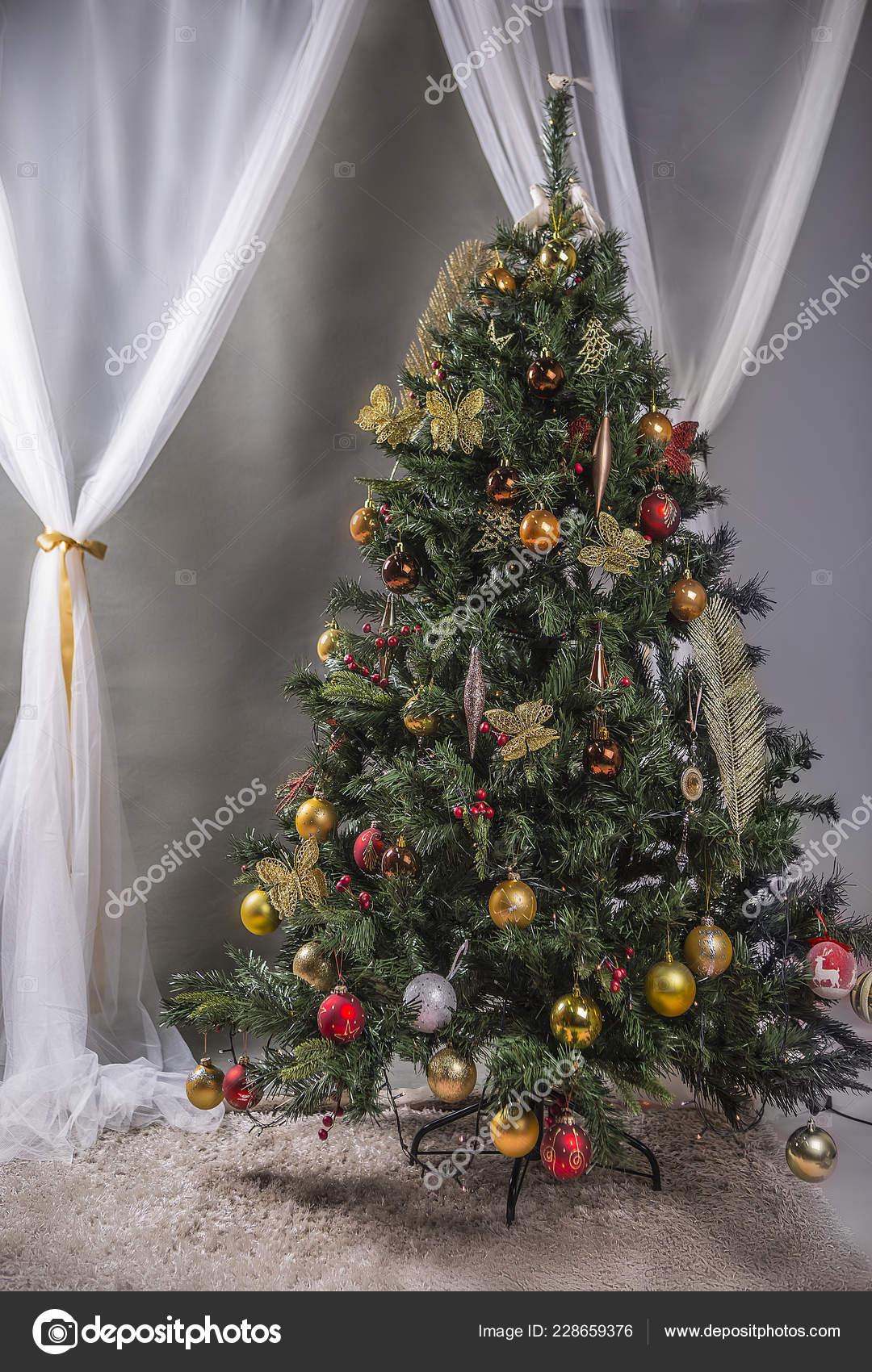 Sapin De Noel Sur Le Mur décoré sapin noël sur mur gris avec fond rideaux blancs
