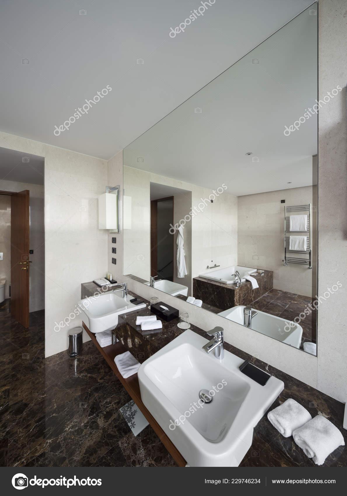 Wnętrze Nowoczesne łazienki Podwójna Umywalka Duże Lustra