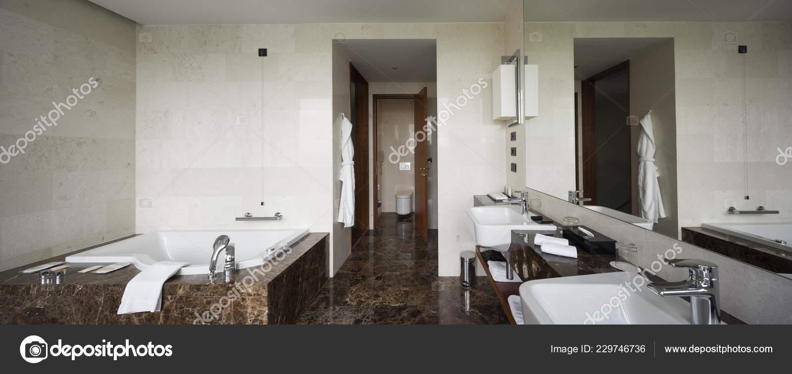 Interior Cuarto Baño Con Doble Lavabo Grandes Espejos Bañera ...