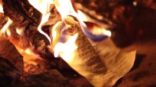 Požár ničí starověké papír, rukopis stránky shořelo v noci