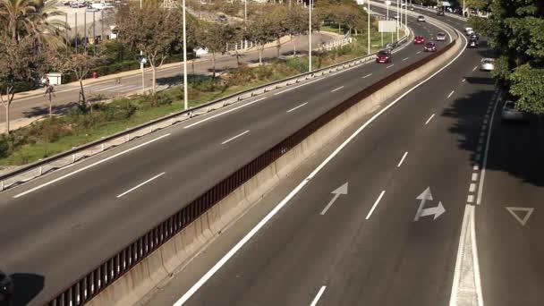Dálnice asfalt obousměrná silnice s auty a nákladními automobily. Tropické