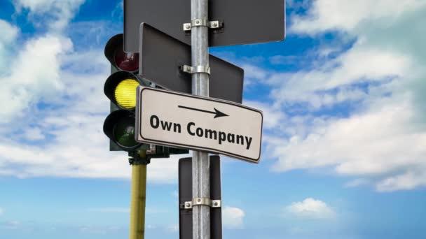 Straßenschild weist den Weg zur eigenen Firma