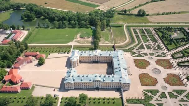 Wunderschönes 4K-Panorama-Luftbild von der fliegenden Drohne auf dem Rundle-Palast und seinen Gärten aus dem 18. Jahrhundert. Rundale, Zemgale, Lettland (Reihe)
