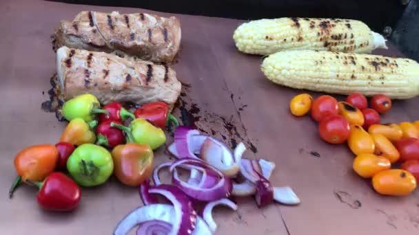 BBQ grilování potravin na měděné gril rohože.