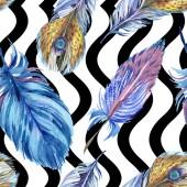 Piume colorate con righe ondulate astratte su priorità bassa bianca. Reticolo senza giunte della priorità bassa. Stampa tessuto per tappezzeria