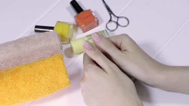 Manikúra. Vyberte si délku nehtů. Porovnejte dlouhé a krátké nehty. Palec. nehty, gesta, hygiena, lázně, kosmetika, pleť, léčba, péče, domov, kosmetika.