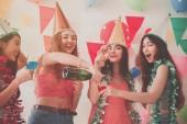 buli a szép nők alkoholfogyasztás pezsgő ünnepli az új évet, a születésnapi, a szórakozás és a boldogság