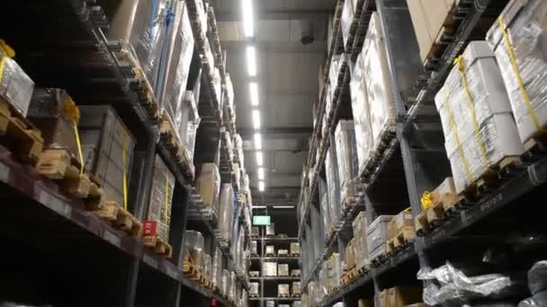 Kamera mozog, paletták kartondobozok és különböző anyagok tároló raktárban között