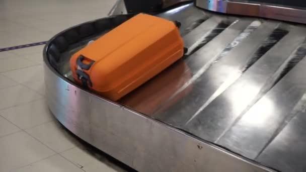 Různé kufry na dopravní pás na letišti
