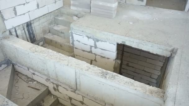 Nedokončené schodiště a stěnou na staveništi