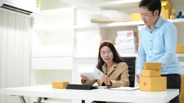 Malé firmy podnikatele Sme volné noze asijský tým muž žena pracovní box pro dodání
