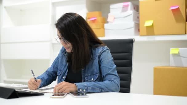 Peníze a finanční plánování. Obchodní žena kontrolu účty a dělá rozpočet s kalkulačkou