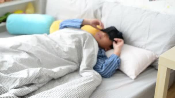 Cadere Dal Letto.Giovane Ragazzo Che Dorme E Disattiva Sveglia Cade Dal Letto