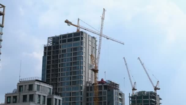 Timelapse pracovní věže jeřáby na staveništi