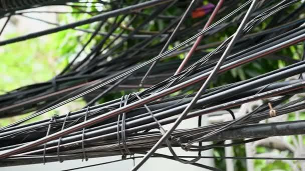 4 elektrický drát chaotický vysokého napětí k v městě