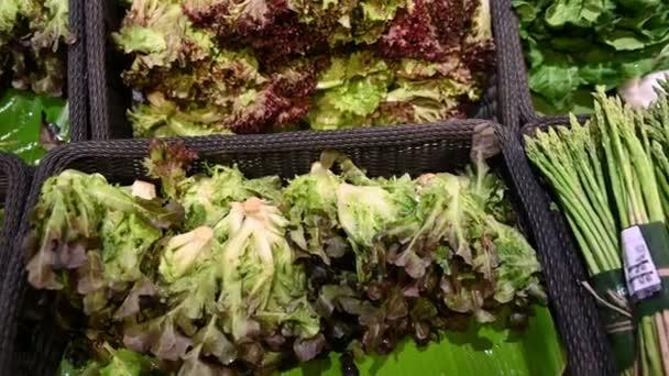 4k zblízka čerstvý salát na prodej v supermarketu