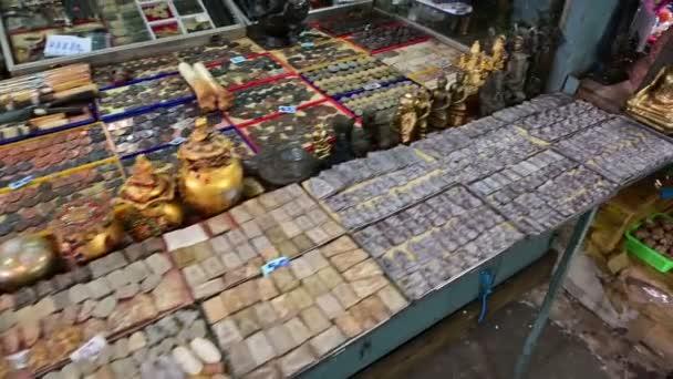 Bangkok, Thailandia - 25 dicembre 2018: Statue di Buddha visualizzati sul tavolo al mercato degli amuleti di Bangkok