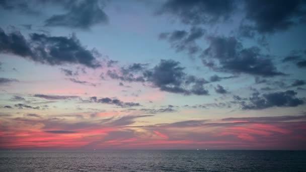 4 k krásné barevné fialové růžové oranžové modré západ slunce nad oceánem