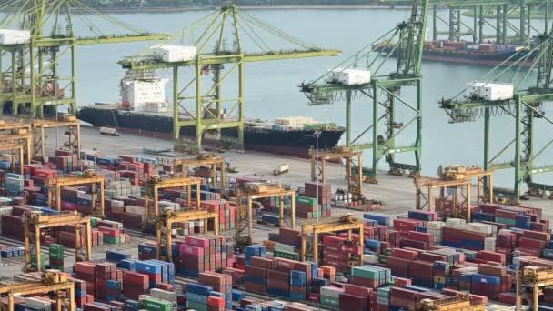 singapore, singapore - 30. Januar 2019: Zeitraffer der Kranverladung von Container auf Frachtschiff im Hafen