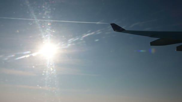 4k výhled z okna letadla letící přes slunce