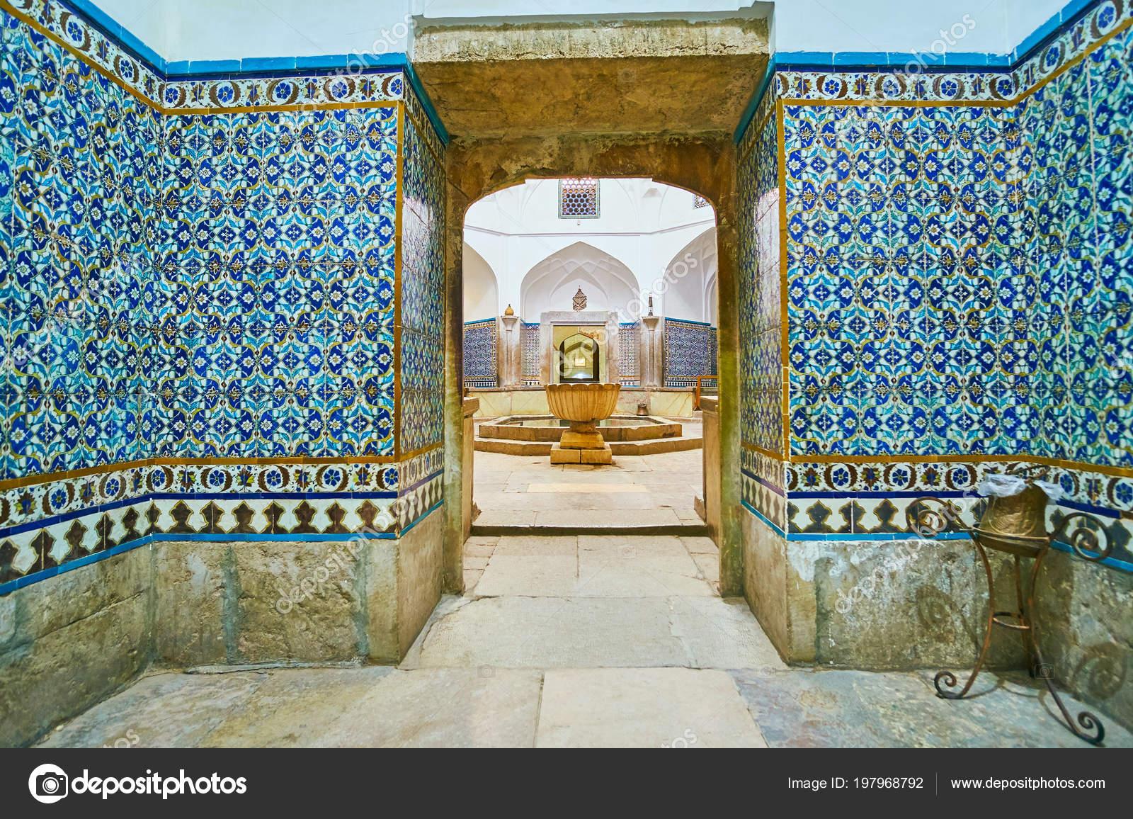 Kerman iran oktober 2017 smalle corridor met betegelde patronen