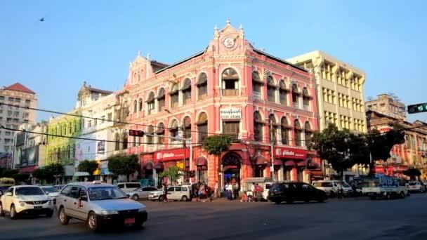 Yangon, Myanmar - 15. února 2018: Rušnou ulici v centru města s zachována britské koloniální styl domy, dnes slouží jako kanceláře, obchody nebo uměleckých galerií, na 15 února v Rangúnu