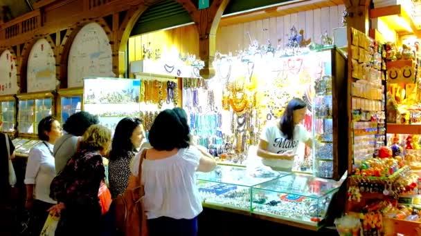 82d3ac626 Krakov Polsko Června 2018 Žena Turisté Vybrat Stříbrné Jantarové Šperky–  stock záběr