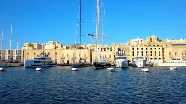 Lüks Yelkenli Yatlar Xatt Il-Eşzamanla alan gezinti yolu üzerinde müstahkem şehirler Birgu (Vittoriosa) ve Senglea (L-Isla), Malta arasında yer alan Vittoriosa Marina'da demirleyen.