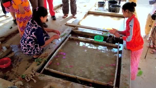 Pindaya, Barma - 19 února 2018: Řemeslníci Shan dílna papíru vytvořit vzor listy a květiny, nasadil surového papíru těsto, rovnoměrně pokrývala na tkanině, 19. února v Pindaya