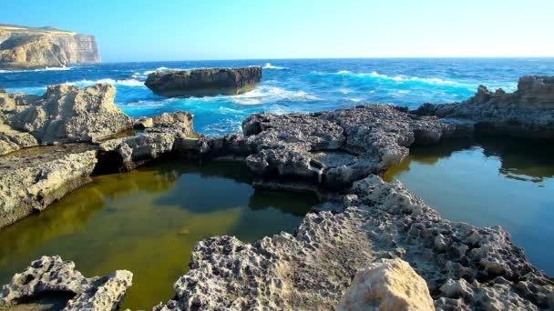 zerklüftete felsige Küste von San Lawrenz ist der beste Ort für Spaziergänge, genießen Sie die Natur, die Landschaft der Insel Gozo und mediterrane stürmische Wellen, malta.