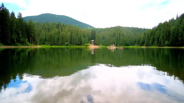 Užijte si malebné jezero Synevyr uprostřed zelených jehličnatých lesů a Karpaty, odráží na povrchu čistou vodou, Ukrajina.