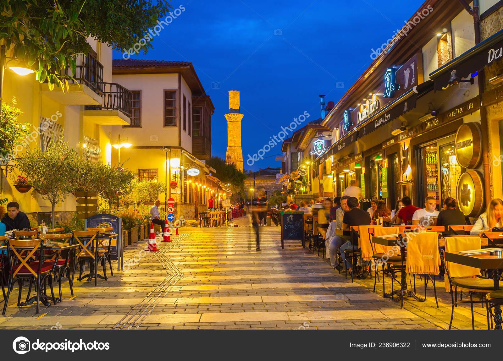 Antalya Turquía Mayo 2017 Pie Calle Noche Con Vistas Las