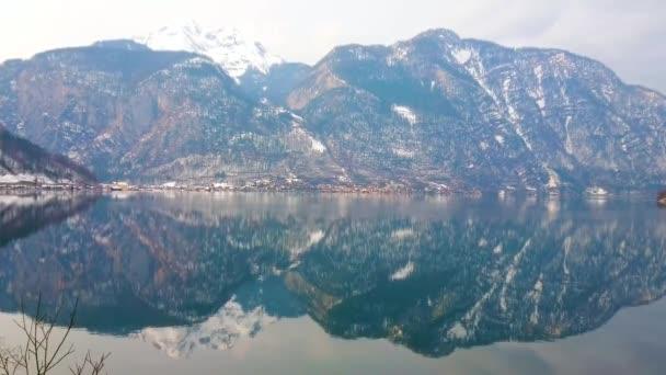 Vychutnejte si malebnou přírodu Salzkammergut, procházky po ikonickém Hallstattersee Lake, obklopený Dachstein Alp, Salzkammergut, Rakousko.