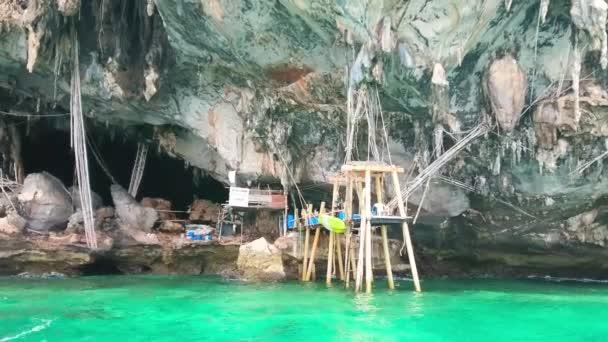 PhiPhi Leh, Thajsko-27. dubna 2019: Turistická loď v lokalitě vikingské jeskyně (Tham Phaya NAK), umístěná pod vysokým útesem Phi Phi Leh Island, 27. dubna v PhiPhi Leh