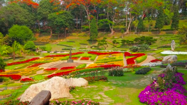 Chiang Rai, Thajsko – 9. května 2019: zahrada Mae Fah Luang se pyšní úžasným květinovými záhony, pokrývající pestrobarevný koberec na horské svahy Doi Tung, 9. května v Chiang Rai