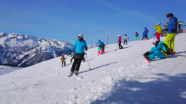 Gosau, Rakousko-26. února 2019: lyžaře a strávníci si užijí čas na zasněžených svazích Zwieselalm v Dachstein West Alp, 26. února v Gosau.