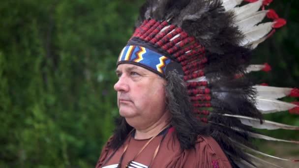 Old Native American indiánok köszönti emeli a kezét. Az erdő hátterében áll
