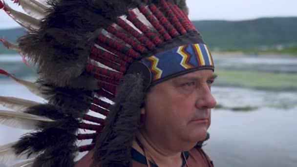 Az öreg indiánok a naplementébe néznek. A folyó háttere. Lábakat fel!