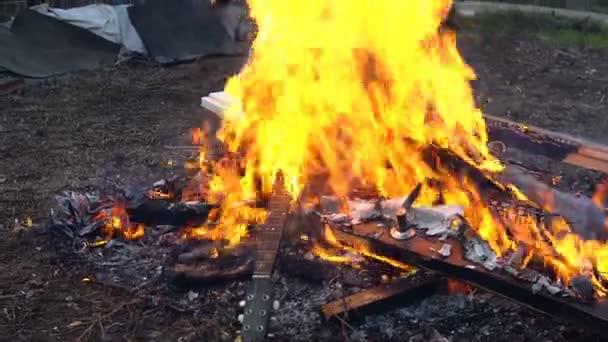 Hromada věcí hoří v ohni