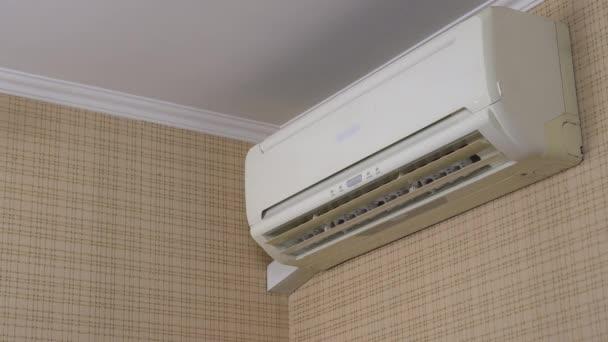 Klimatizace v domě nastavit teplotu v místnosti. Klimatizace se automaticky zapne.