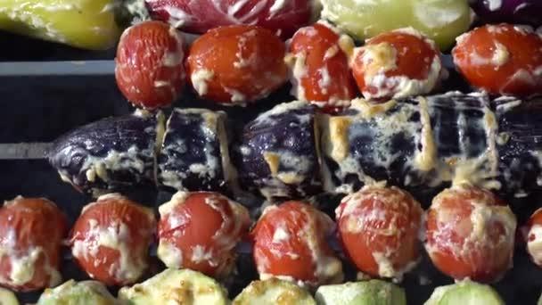 Zelenina na špejlích se smaží na grilu. Vegetariánské grilování.
