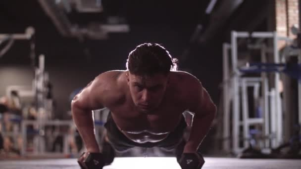 Svalnatý muž činka dělá push up