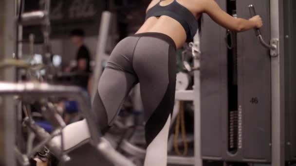 Pohled zezadu na sportovce cvičení v tělocvičně