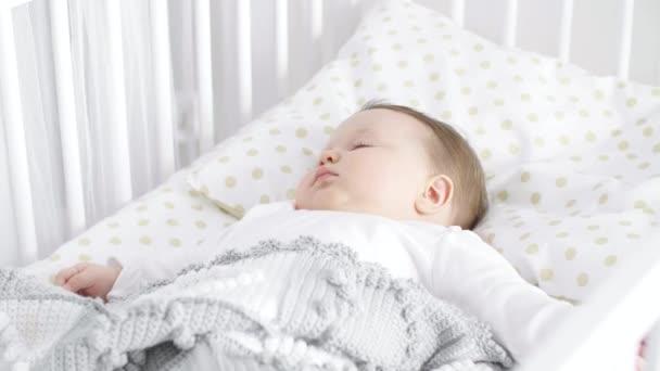 dítě spí v postýlce