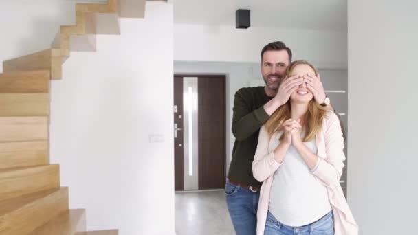Mladý pár v novém bytě