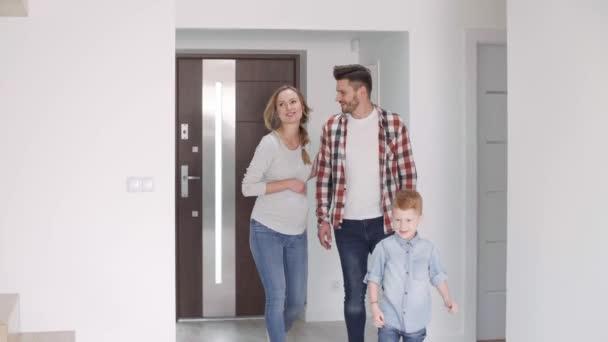 Rodina s dítětem, stěhování do nového bytu