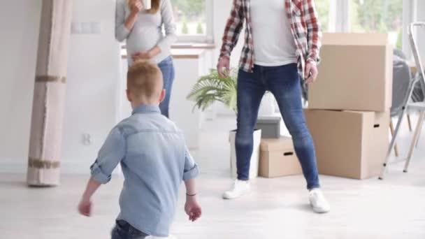 Rodina baví v novém bytě