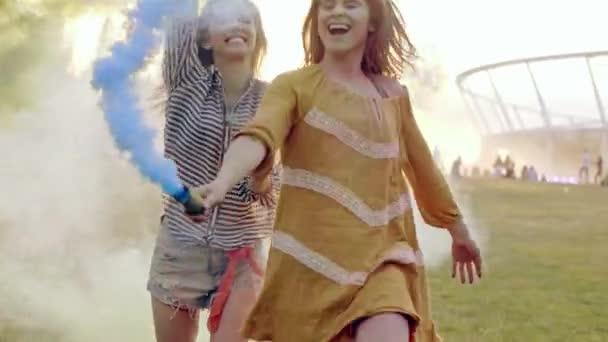 Arkadaş grubu duman bombası yaz festivalinde dans