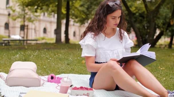 A park egy könyvet olvasott lány